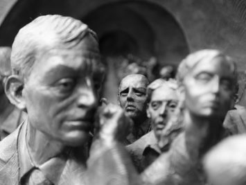 A crowd of statues. Robert Dimov / Creative Commons