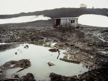 A muddy scene at Bellingshausen, a Russian Antarctic base on King George Island. Loranchet / Creative Commons.
