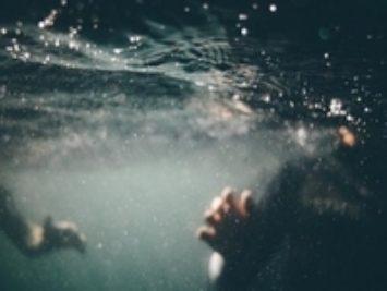 People underwater in a pool